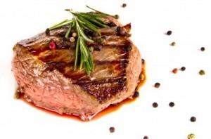 14389796-carne-medio-de-bistec-a-la-plancha-sobre-fondo-blanco